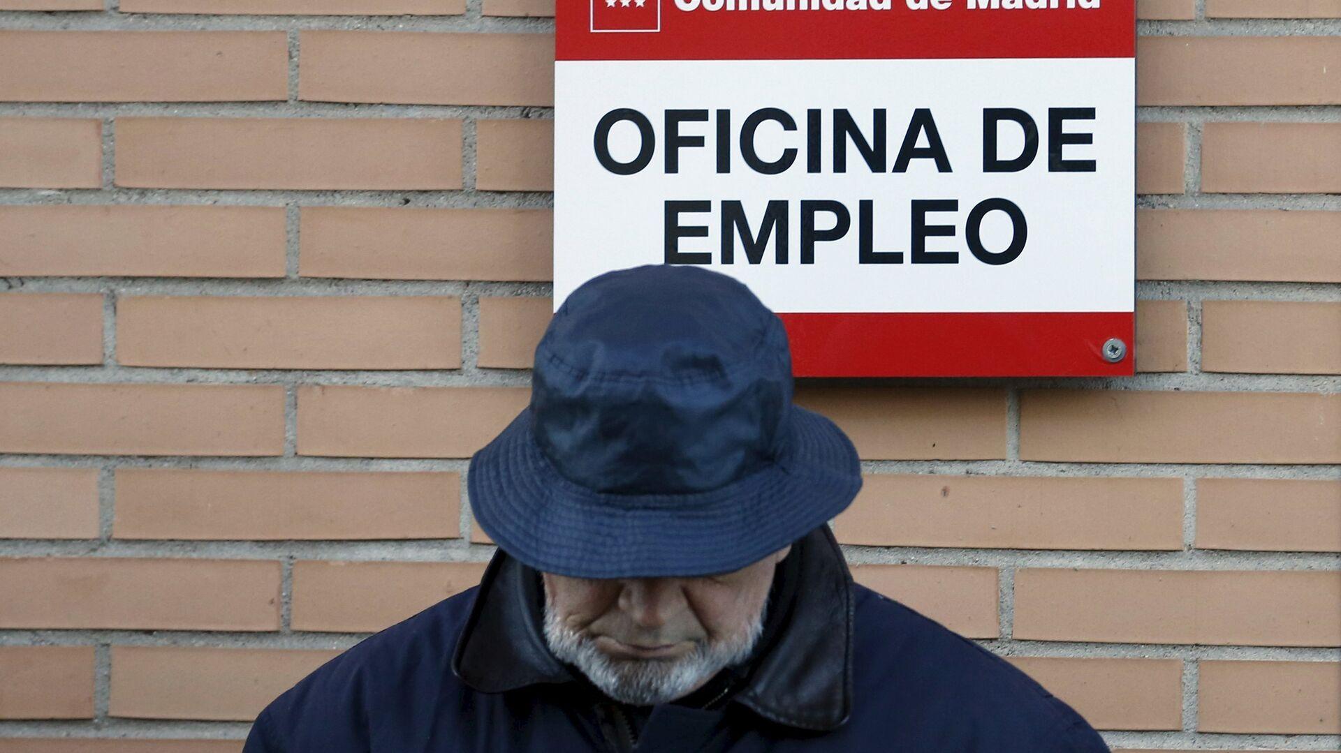 Un hombre cerca de la oficina de empleo en Madrid, España - Sputnik Mundo, 1920, 28.09.2021