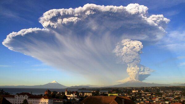 Alerta roja en Chile por erupción del volcán Calbuco - Sputnik Mundo