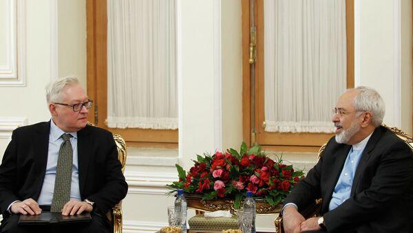 Iranian Foreign Minister Mohammad Javad Zarif (R) meets with Russian deputy foreign minister Sergei Ryabkov in Tehran - Sputnik Mundo
