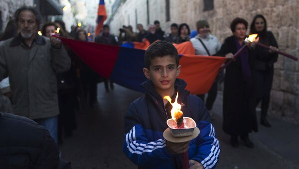 Members of the Armenian community attend a memorial march marking the 100th anniversary of the mass killings of 1.5 million Armenians by Ottoman Turkish forces in Jerusalem's Old City April 23, 2015. - Sputnik Mundo
