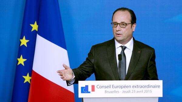 French President Francois Hollande addresses a news conference after a European Union extraordinary summit - Sputnik Mundo