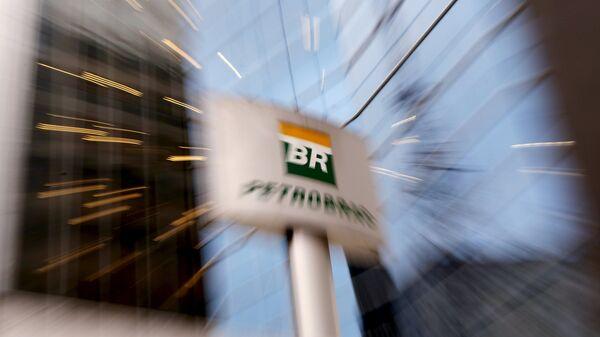 Logo de Petrobras cerca de la sede de la empresa - Sputnik Mundo