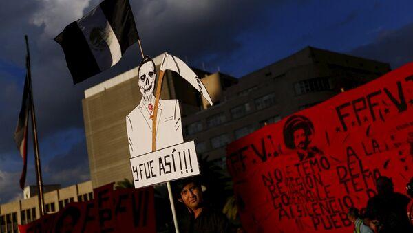 Manifestación de protesta en apoyo de los estudiantes desaparecidos en Guerrero, México - Sputnik Mundo