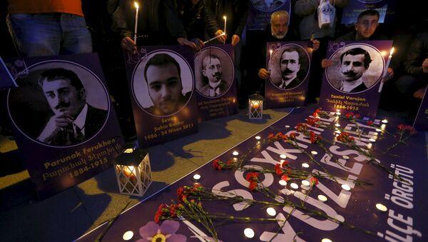 Flores y velas en homenaje de las víctimas del genocidio armenio de 1915 - Sputnik Mundo
