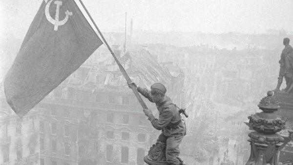 Soldado del Ejército Rojo enarbolando la bandera de la victoria sobre el Reichstag - Sputnik Mundo