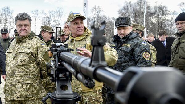 Petró Poroshenko, presidente de Ucrania (izda.) - Sputnik Mundo