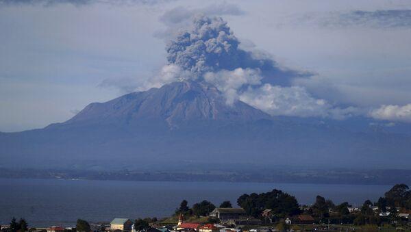 Ascienden a 6.600 los evacuados por la erupción del volcán Calbuco en Chile - Sputnik Mundo