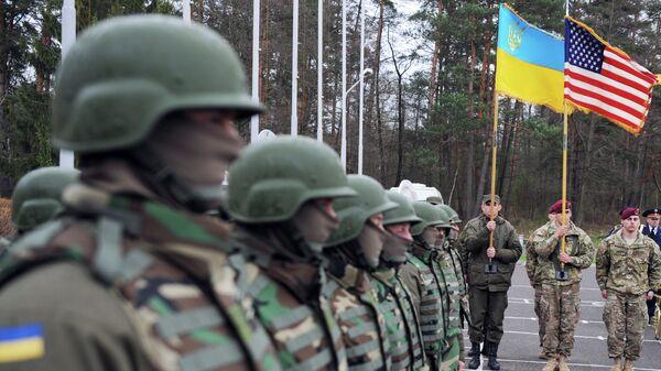Militares estadounidenses y ucranianos - Sputnik Mundo