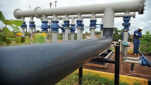 Ingeniero de la petrolera canadiense Pacific Rubiales se destaca cerca de las tuberías - Sputnik Mundo