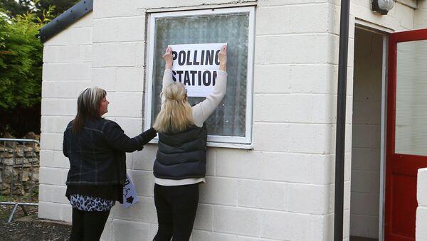 Un colegio electoral en Doncaster, Inglaterra - Sputnik Mundo
