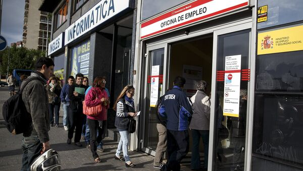 People enter a government employment office in Madrid, Spain, May 5, 2015. - Sputnik Mundo
