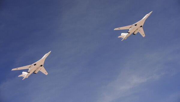 Bombarderos portamisiles Tu-160 sobrevuelan la Plaza Roja durante el Desfile de la Victoria - Sputnik Mundo