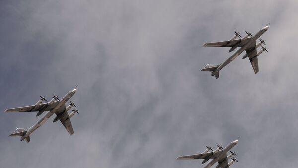 Bombarderos estratégicos portamisiles Tu-95MS sobrevuelan la Plaza Roja durante el Desfile de la Victoria - Sputnik Mundo