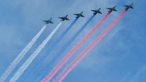 Aviones de combate Su-25 dibujan la bandera de Rusia (archivo) - Sputnik Mundo
