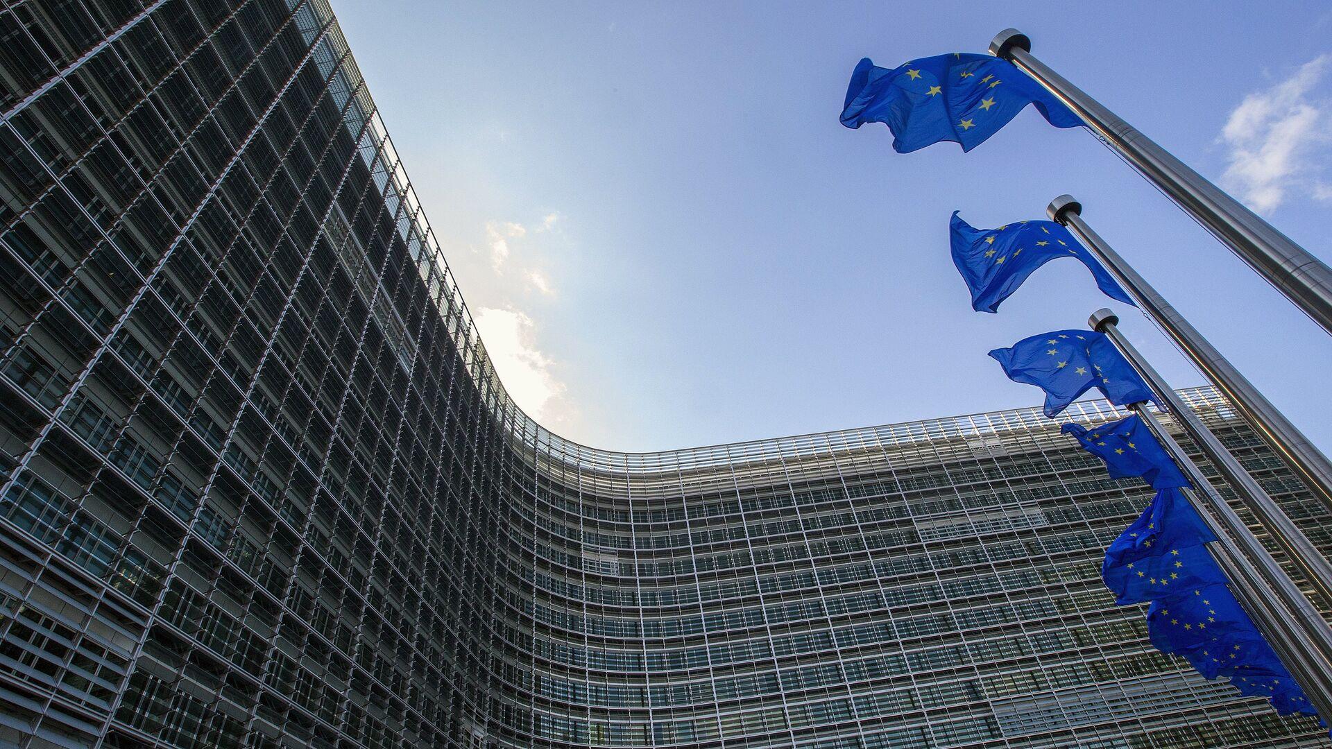 Banderas de la UE frente a la sede de la Comisión Europea en Bruselas - Sputnik Mundo, 1920, 17.02.2021