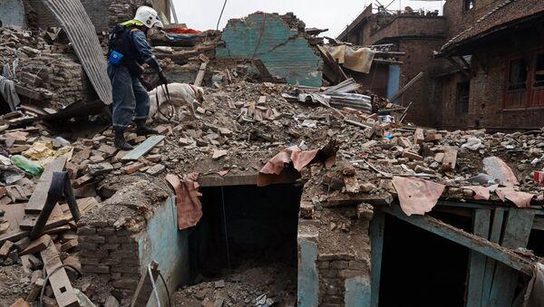 Equipos de rescate entre los escombros de las casas destruidas en Katmandú - Sputnik Mundo