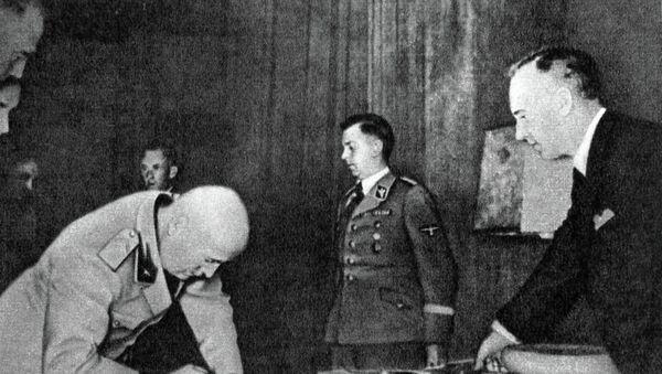 Joachim von Ribbentrop, ministro de Exteriores de la Alemania nazi (a la derecha) - Sputnik Mundo