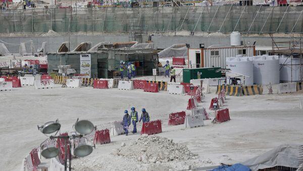 Trabajadores extranjeros a la construcción de los proyectos par la Copa de Fútbol 2022 - Sputnik Mundo