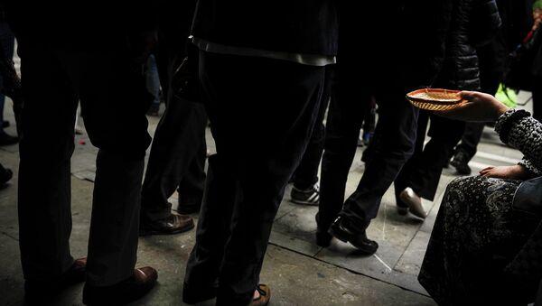 Mujer pide limosna en Pamplona, norte de España - Sputnik Mundo