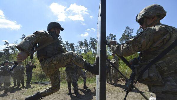 Militar del Ejército de EEUU entrena a soldados ucranianos durante los ejercicios militares conjuntos (archivo) - Sputnik Mundo