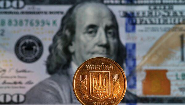 Grivna ucraniana y billete de 100 dólares de EEUU - Sputnik Mundo