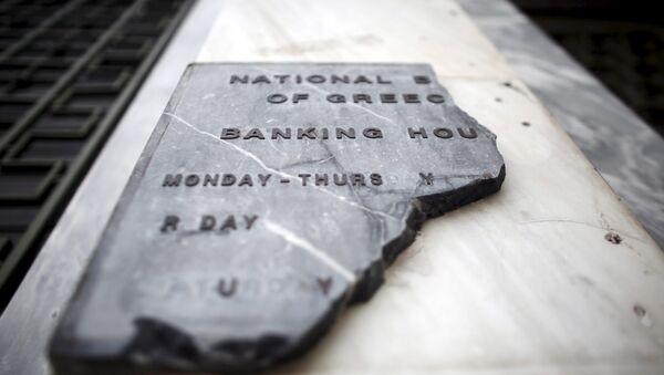 Un letrero roto del Banco Nacional de Grecia - Sputnik Mundo