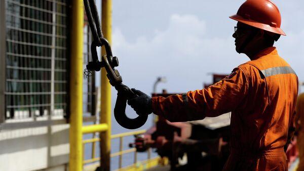 Un trabajador petrolero - Sputnik Mundo