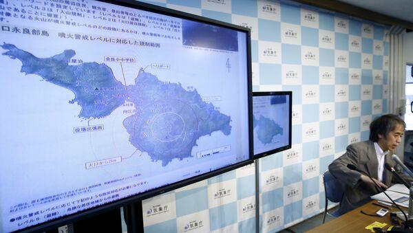 Volcán en el sur de Japón arroja cenizas y humo a 9.000 metros de altura - Sputnik Mundo