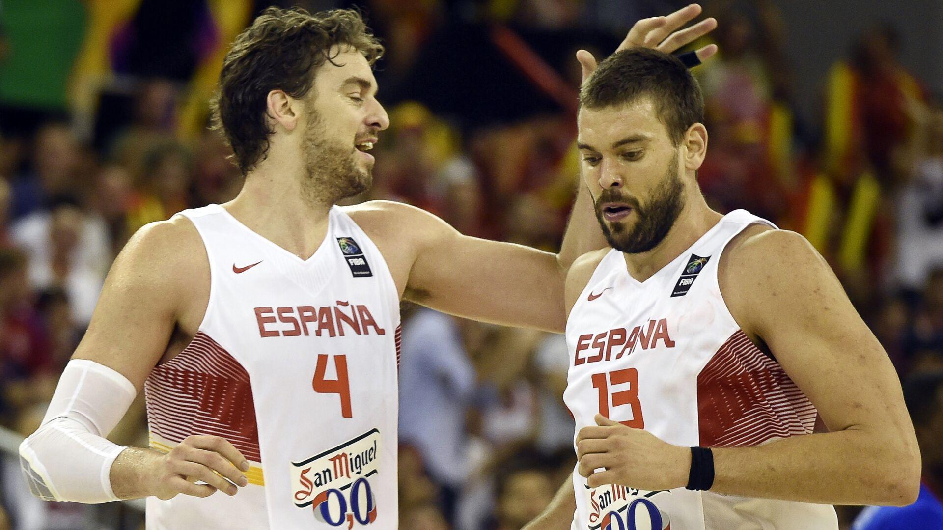 Spain's Pau Gasol (L) congratulating his brother Spain's Marc Gasol during the 2014 FIBA World basketball championships - Sputnik Mundo, 1920, 03.08.2021