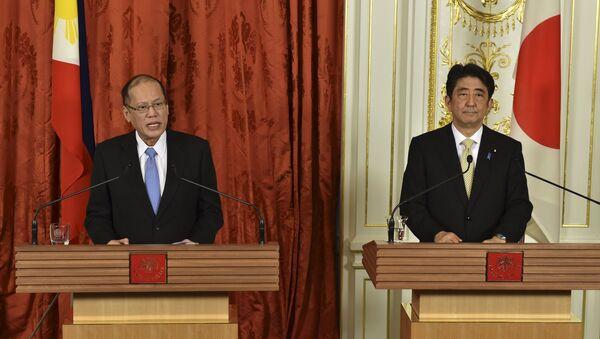 Benigno Aquino, presidente de Filipinas y Shinzo Abe, primer ministro de Japón - Sputnik Mundo