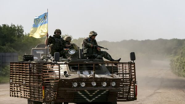 Members of the Ukrainian armed forces ride on an armoured personnel carrier as they patrol the area near Artemivsk, eastern Ukraine, June 4, 2015 - Sputnik Mundo