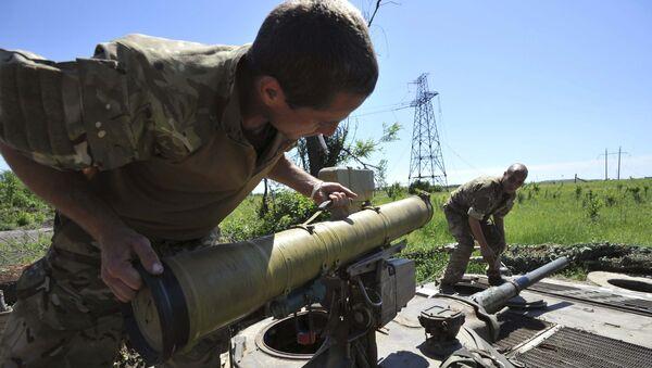 Miembros de las fuerzas armadas de Ucrania preparan armas en su posición - Sputnik Mundo