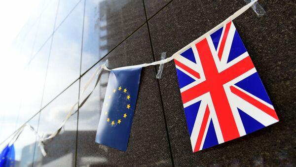 Banderas de UE y Reino Unido - Sputnik Mundo