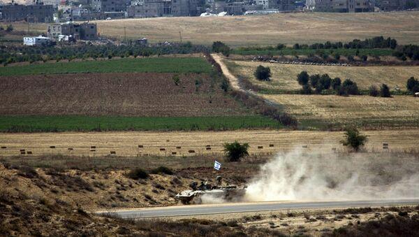Vehículo blindado israelí cerca de la Franja de Gaza durante los ejercicios militares - Sputnik Mundo
