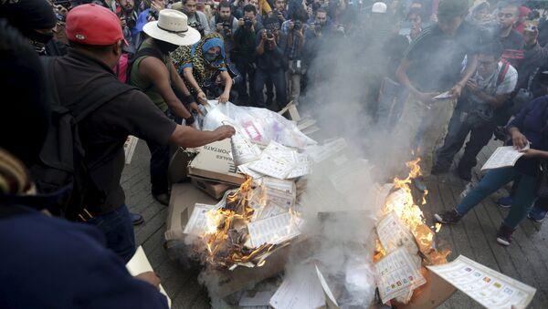 Activistas queman las papeletas y materiales electorales en Tixtla, en el estado de Guerrero - Sputnik Mundo