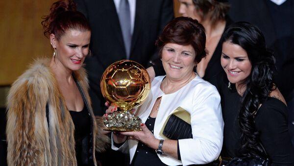 Madre de Cristiano Ronaldo, Dolores Aveiro (centro),  con el Balón de Oro recibido por su hijo, 13 de enero de 2013 - Sputnik Mundo