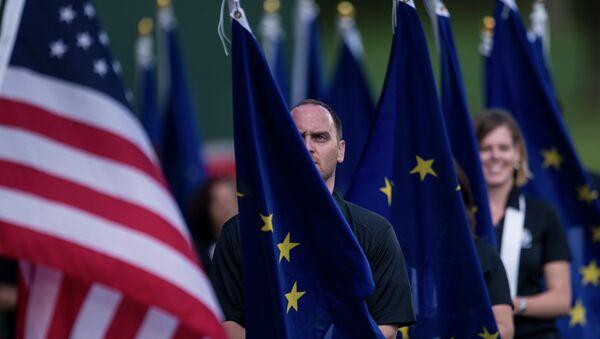 Banderas de la UE y de EEUU (imagen referencial) - Sputnik Mundo