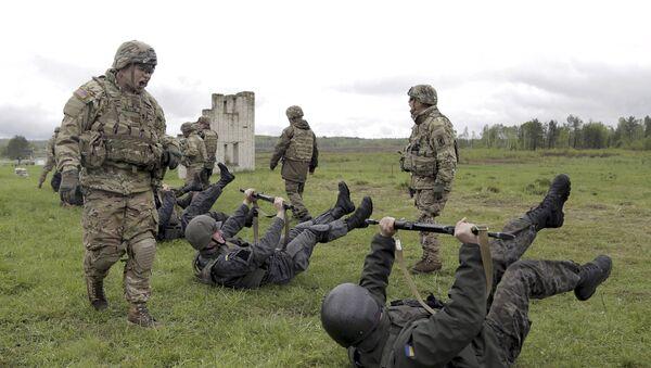 Militar del Ejército de EEUU entrena a soldados ucranianos durante los ejercicios militares conjuntos - Sputnik Mundo