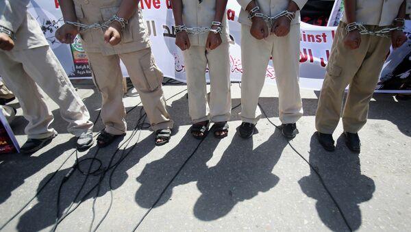 Los palestinos manifiestan en solidaridad con los presos palestinos en huelga de hambre en las cárceles israelíes - Sputnik Mundo