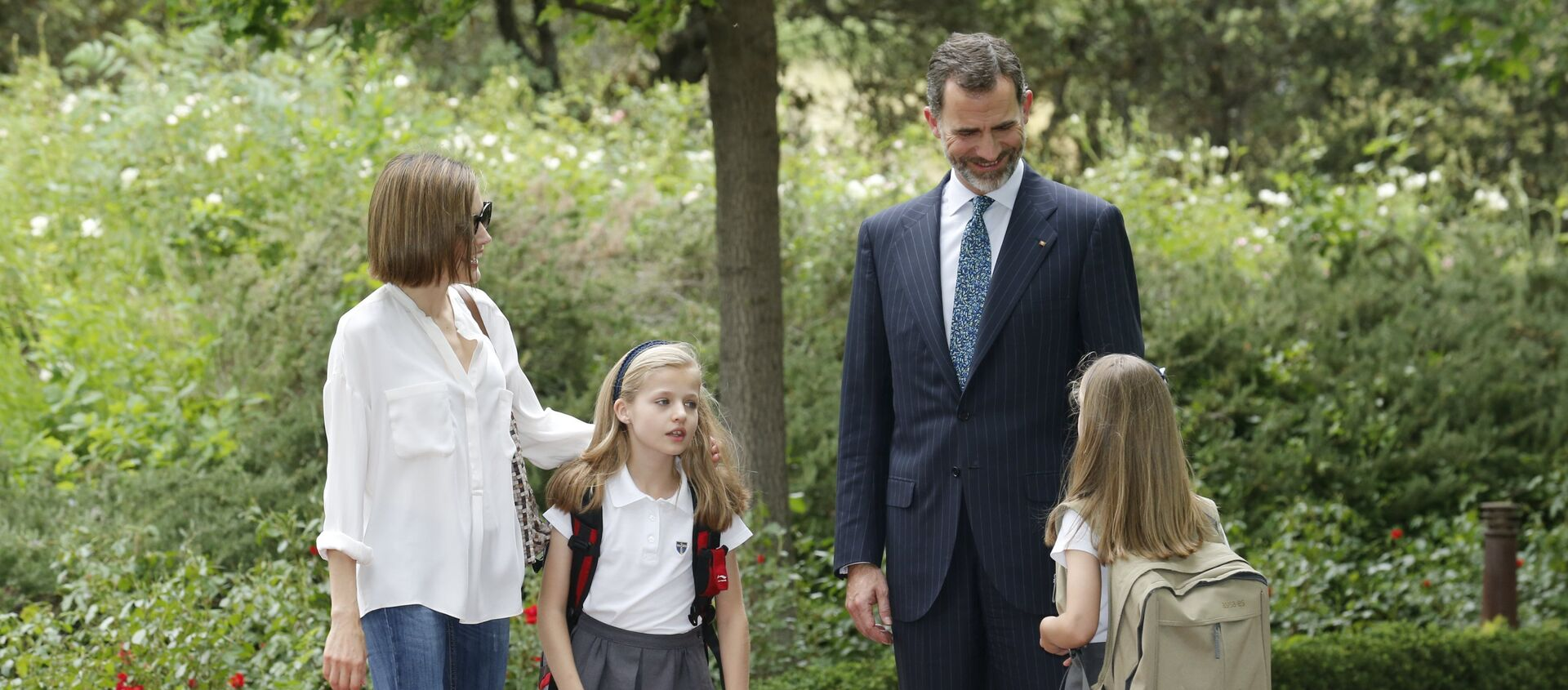 Spain's King Felipe (2nd R), Queen Letizia (L) and their daughters Infanta Leonor and Sofia (R) walk at Zarzuela Palace in Madrid, Spain, in this May 14, 2015 - Sputnik Mundo, 1920, 29.01.2021