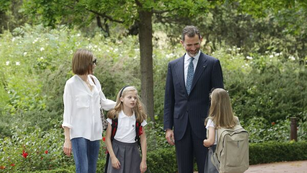 Spain's King Felipe (2nd R), Queen Letizia (L) and their daughters Infanta Leonor and Sofia (R) walk at Zarzuela Palace in Madrid, Spain, in this May 14, 2015 - Sputnik Mundo