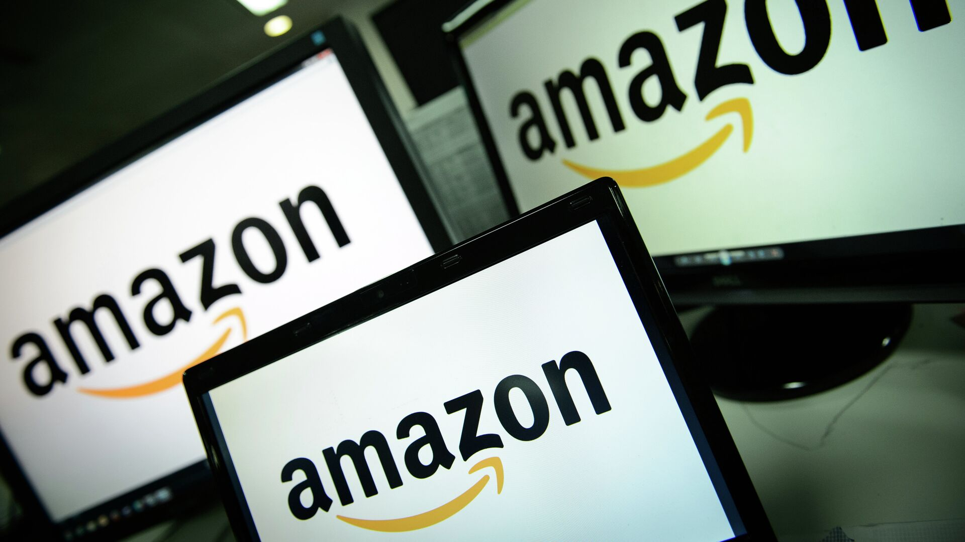A picture shows the logo of the online retailer Amazon dispalyed on computer screens in London on December 11, 2014 - Sputnik Mundo, 1920, 13.08.2021