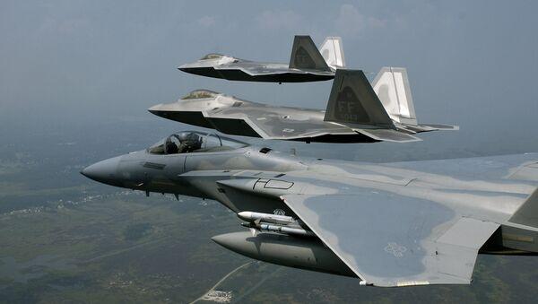 F-22 Raptors y F-15 Eagle de la Fuerza Aérea de EEUU - Sputnik Mundo