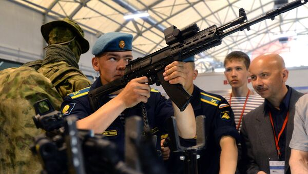 Демонстрационная стрельба из автомата Калашникова АК-12 в Кубинке - Sputnik Mundo