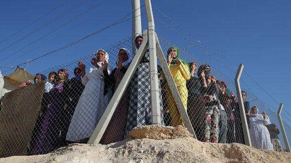 Refugiados sirios esperan la llegada de la Alta Comisionada de la ONU para los Refugiados, Antonio Guterres, en el campo de refugiados de Midyat en Mardin, sudeste de Turquía - Sputnik Mundo