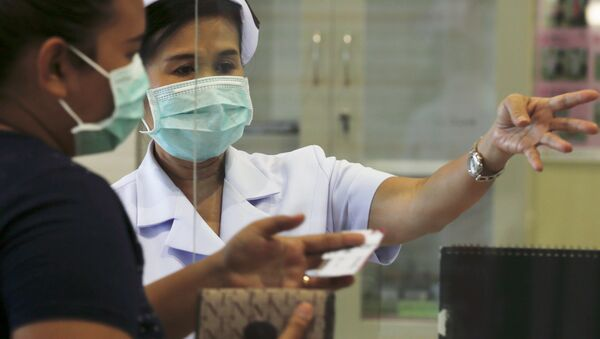 A nurse and a woman wear masks to prevent contracting Middle East Respiratory Syndrome (MERS) at the Bamrasnaradura Infectious Diseases Institute in Nonthaburi province, on the outskirts of Bangkok, Thailand, June 19, 2015. - Sputnik Mundo