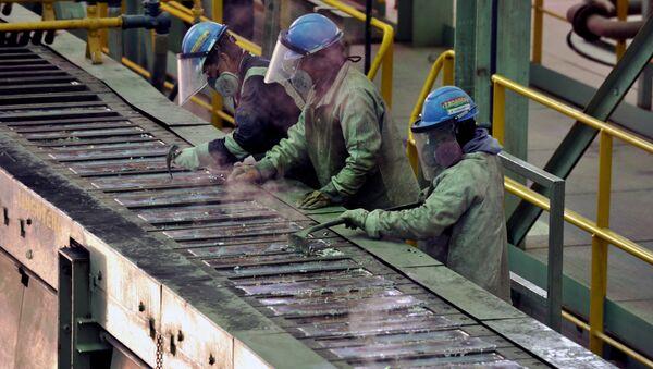 Trabajadores en la planta de fundición de plata y plomo de Karachipampa en Potosí, al sur Bolivia - Sputnik Mundo