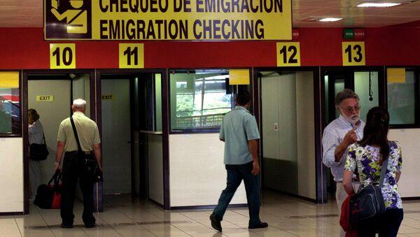 Viajeros en el puesto de control de la inmigración en el Aeropuerto Internacional José Martí en La Habana, Cuba - Sputnik Mundo