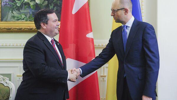 Arseni Yatseniuk, primer ministro de Ucrania, y Jason Kenney, ministro de defensa de Canadá, en Kiev, Ucrania, el 26 de junio, 2015 - Sputnik Mundo