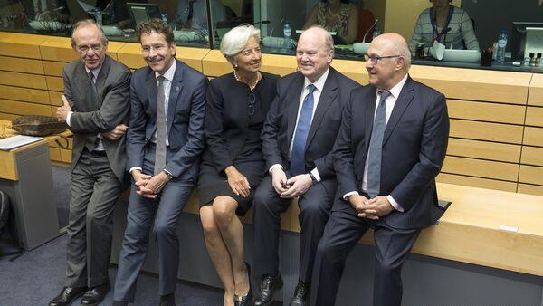 Pier Carlo Padoan, ministro de finanzas de Italia, Jeroen Dijsselbloem, presidente del Eurogrupo, Christine Lagarde, directora del FMI, Michael Noonan, ministro de finazas de Irlanda, y Michel Sapin, ministro de finanzas de Francia, en Bruselas, Bélgica, el 25 de junio, 2015 - Sputnik Mundo